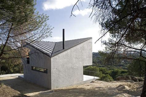 small concrete home near madrid displaying an irregular