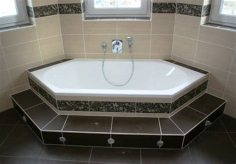 badezimmer fliesen sechseck eine sechseck badewanne w 252 rde in ihrem bad wirken