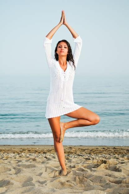 imagenes yoga en la playa mujer sana haciendo yoga en la playa descargar fotos gratis
