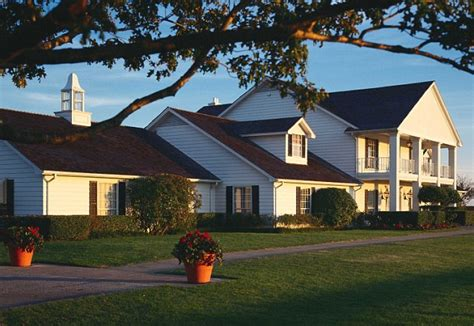 southfork ranch dallas returns a fan s eye view of the famous southfork