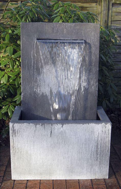 garten ideen mit wasser springbrunnen garten aus zinkblech zink wall slink