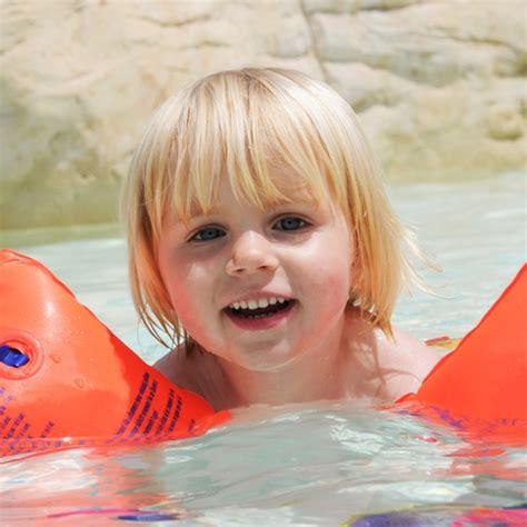 kinder schwimmen lernen wann richtig schwimmen lernen so klappt es garantiert