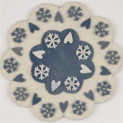 patterns for snowflake wool snowflakes hearts wool table mat allpeoplequilt com