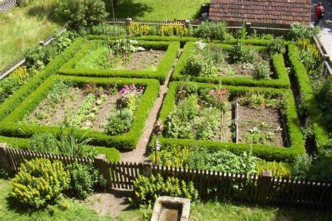 kleiner nutzgarten file garten vogtsbauernhof schwarzwald jpg wikimedia commons