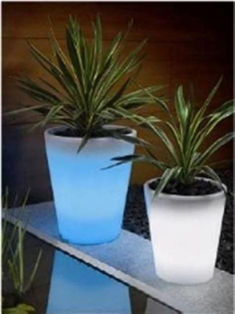 vasi da giardino illuminati vasi luminosi vasi e fioriere