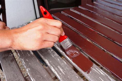 Pinsel Zum Lackieren by Tisch Mit Pinsel Lackieren Lizenzfreie Fotos Bilder