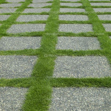 losas de jardin losa de cemento chino lavado sobre cesped instalacion