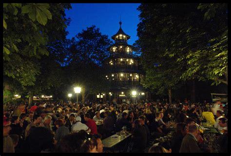 englischer garten münchen bei nacht am chinesischen turm im englischen garten bei nacht bild