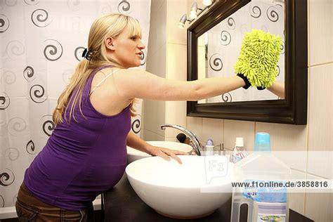badezimmer putzen 9 monat badezimmer putzen bei der leichten hausarbeit