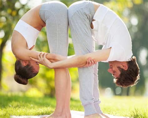 imagenes de yoga para 2 acroyoga ejercicios de yoga en pareja para celebrar foto 2