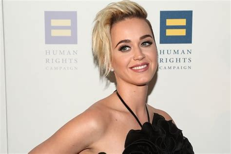 how old is miley cyrus is she married to liam hemsworth