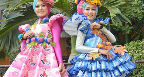 desain baju daur ulang plastik busana putri dari bahan daur ulang