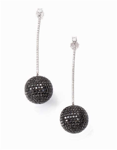pavè di brillanti paio di orecchini pendenti in oro bianco diamanti neri e