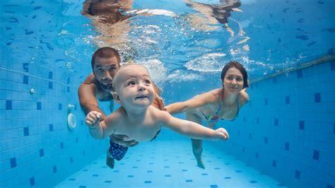 ab wann darf mit einem baby schwimmen gehen babyschwimmen