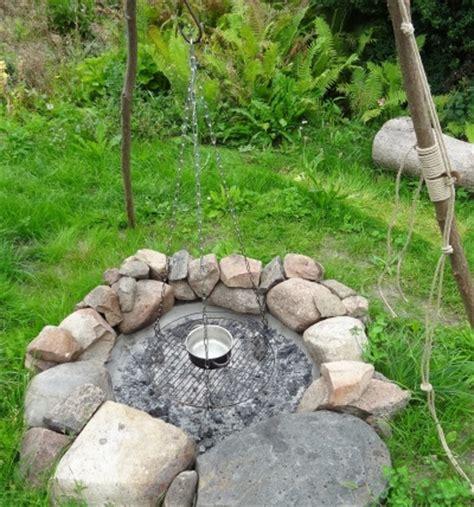 lagerfeuerstelle bauen lagerfeuerstelle selber bauen feuerstelle und dreibein im