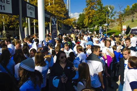 byu student section byu football new student section quot roc quot ing lavell edwards
