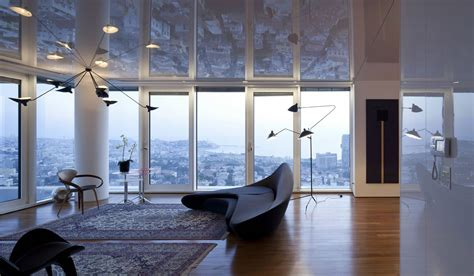 sofa decken apartment with a reflective ceiling in tel aviv