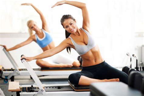 esercizi pilates a casa attrezzi per fare pilates a casa