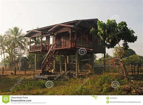 haus auf stelzen haus auf stelzen in laos stockfoto bild tropisch