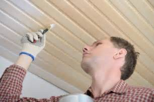 decke streichen grundierung holzpaneele an der decke streichen 187 anleitung in 3 schritten
