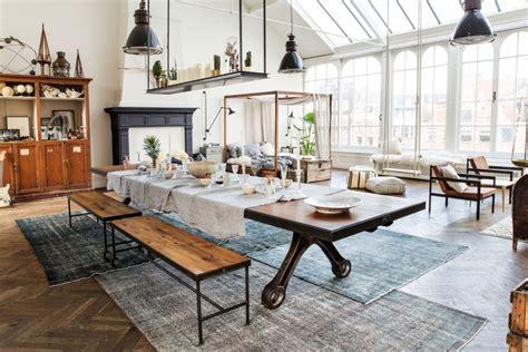 Supérieur etagere A Roulettes Cuisine #2: loft-lumineux-familial-parquet-tapis-cheminee-verriere-de-toit-bancs-sur-roulettes-lit-armatures-bois-etagere-suspendue-table-cuisine.jpg