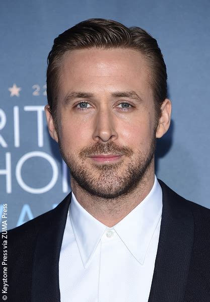 neil armstrong biography in spanish ryan gosling to play neil armstrong in upcoming biopic