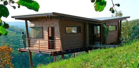 maisonnette en bois sur pilotis 3431 maisonnette en bois sur pilotis sur une colline verdoyante