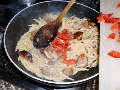 come cucinare le fette di salmone trofie con salmone affumicato e funghi porcini ricette