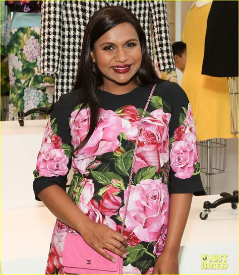 mindy kaling baby mindy kaling shows off baby bump at mindy project