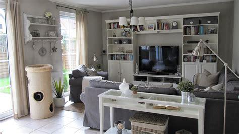 bücherregal flexibel muster tapete wohnzimmer