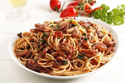 come cucinare la pasta al sugo ricetta spaghetti al sugo di polpo cucchiaio d argento