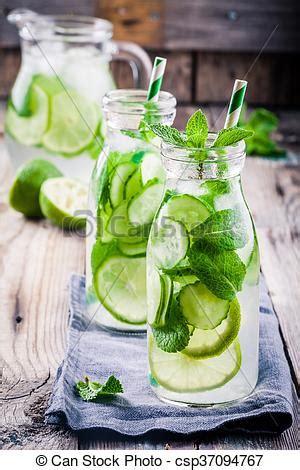 Detox Wasser Zitrone Minze by Flaschen Wasser Gurke Detox Minze Limette Stockbild