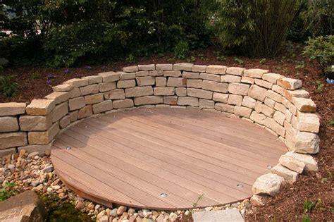 beleuchtung natursteinmauer holzterrasse mit natursteinmauer traumgarten