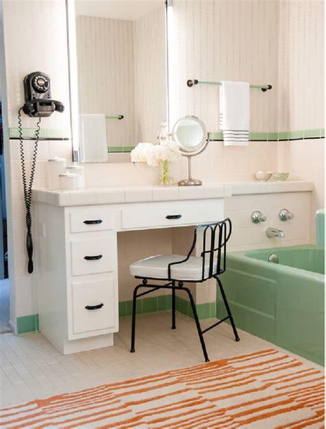desain meja wastafel kamar mandi inspirasi gaya retro di kamar mandi properti liputan6 com