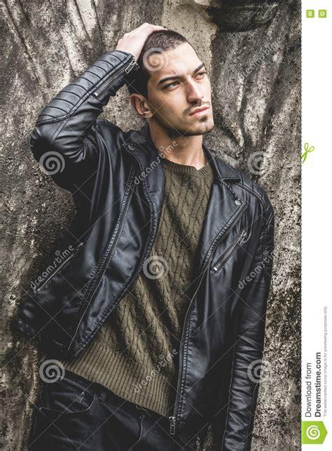 la mano sulla bello giovane uomo fresco con la mano sulla testa immagine