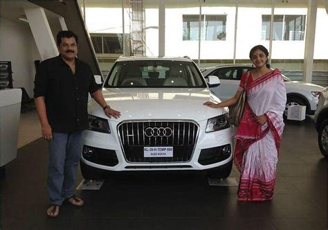 santhanam new car pics for gt mohanlal car number