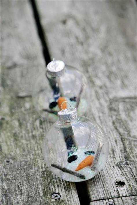 mueco de nieve con pocos vasos de plastico muneco de nieve derretido dentro de una bola