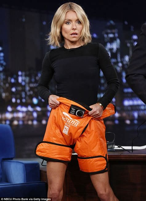 kelly ripa weight 2014 kelly ripa tries on latest weight loss wonder suana pants
