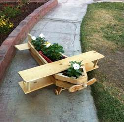 Incroyable Idee Decoration Jardin Exterieur #2: jardiniere-palette-en-forme-d-avion-en-bois-fabriqu%C3%A9e-%C3%A0-partir-des-palettes-de-bois-polies-id%C3%A9e-d%C3%A9coration-exterieur-%C3%A0-fabriquer-soi-meme-e1496733796314.jpg