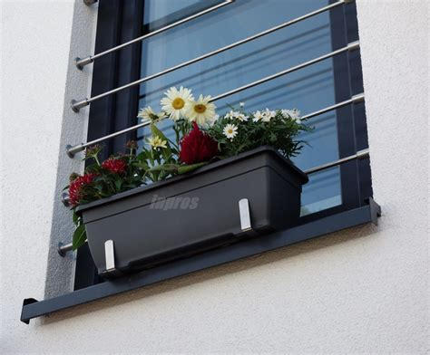 fensterbrett pflanzen befestigen wie befestigt einen blumenkasten sicher auf der