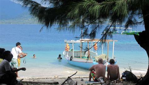Selendang Travel turis pertama di lombok disambut kalungan selendang sasak