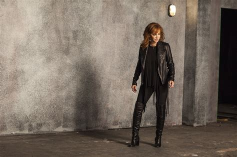 watch reba s empowering new going out like that video new video reba ain t quot going out like that quot cmt