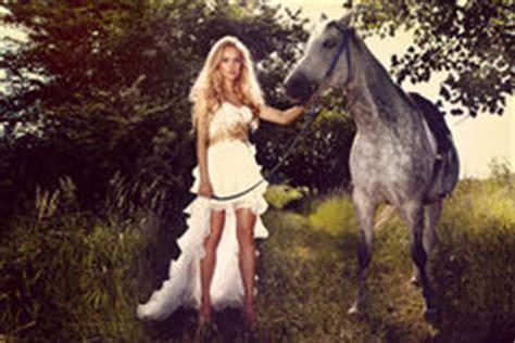 donna bionda con il cavallo immagine stock immagine giovane sposa bionda che monta un cavallo in vestito alla