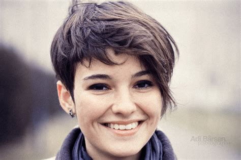 pixie cut on narrow face layers that add volume hairstyle this wavy pixie haircut
