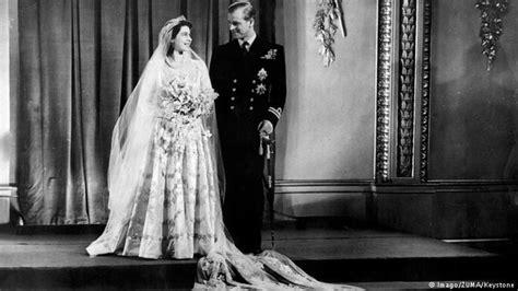hochzeitskleid der queen queen elizabeth ii und prinz philip feiern gnadenhochzeit
