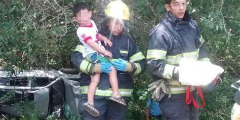 nios fantasmas jugando con juguetes ok noticias tras un vuelco la imagen m 225 s tierna bomberos jugando con