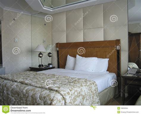 7 teiliges schlafzimmer mit kingsize bett raum mit king size bett und auf deckenspiegel stockfoto