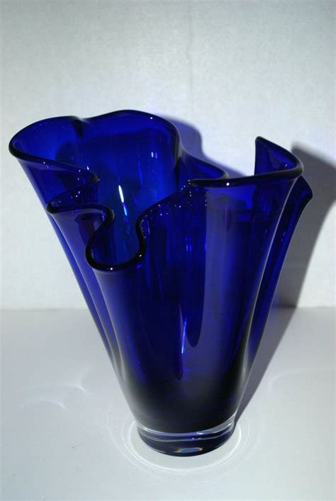 Glass For Vases by Best 25 Blue Glass Vase Ideas On Glass Vase Blue Tulips And Blue Glass Bottles