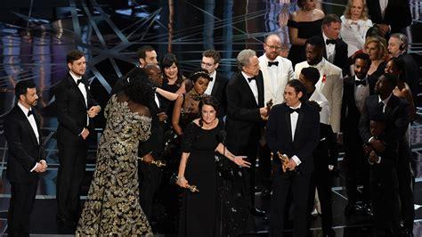 best film oscar award moonlight wins best picture oscar after major gaffe
