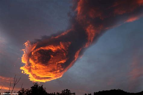 Hand Of God Cloud | cloud formation above portugal looks like hand of god